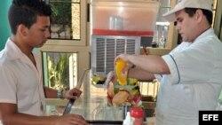 """Un joven es atendido en la cafetería de un trabajador """"cuentapropista"""" en La habana"""