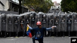 Uniformados bloquearon el paso de una marcha opositora en Caracas, Venezuela, el 10 de marzo del 2020, que pretendía llegar a la sede de la Asamblea Nacional.
