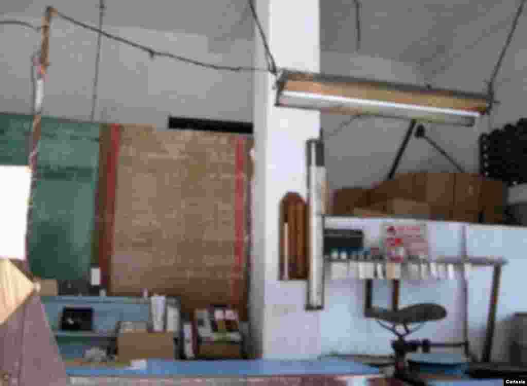 Bodega con venta de productos liberados sita en Árbol Seco y Clavel.