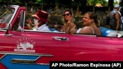 Turistas en Varadero el 29 de septiembre de 2021. AP Photo/Ramon Espinosa