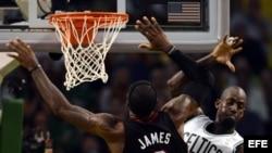 El jugador de Boston Celtics Kevin Garnett (d) lucha por el balón con LeBron James (c) de Miami Heat. EFE/CJ GUNTHER