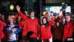 El presidente de Venezuela, Nicolás Maduro (c-i), junto a su esposa y diputada de la Asamblea Nacional, Cilia Flores (c-d), celebra los resultados electorales domingo 30 de julio de 2017, en la Plaza Bolívar de Caracas (Venezuela). El Consejo Naciona