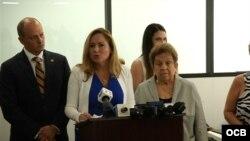 Conferencia de prensa de legisladores demócratas sobre reunificación familiar de cubanos.