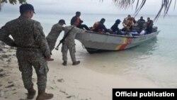 Infantes de Marina colombianos reciben a seis migrantes cubanos que fueron abandonados por coyotes en Cayo Pescador, cerca de San Andrés (Armada Nacional).