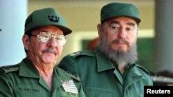 Fidel Castro y Raúl Castro el 7 de diciembre de 1996, cuando juraron llevar el sistema comunista en la isla hasta el próximo siglo.