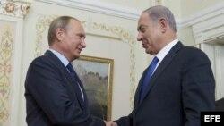 El presidente ruso, Vladimir Putin (izda), recibe al primer ministro israelí, Benjamin Netanyahu (dcha), en la residencia Novo-Ogaryovo a las afueras de Moscú (Rusia) hoy, 21 de septiembre de 2015.