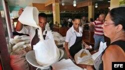 La falta de garantías, los altos precios y el robo en las pesas son algunas de las quejas más repetidas en Cuba. (Archivo)
