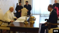 El papa Francisco (i) y el secretario general de Naciones Unidas, Ban Ki-moon, conversan durante una audiencia celebrada la biblioteca privada del pontífice, en el Vaticano.