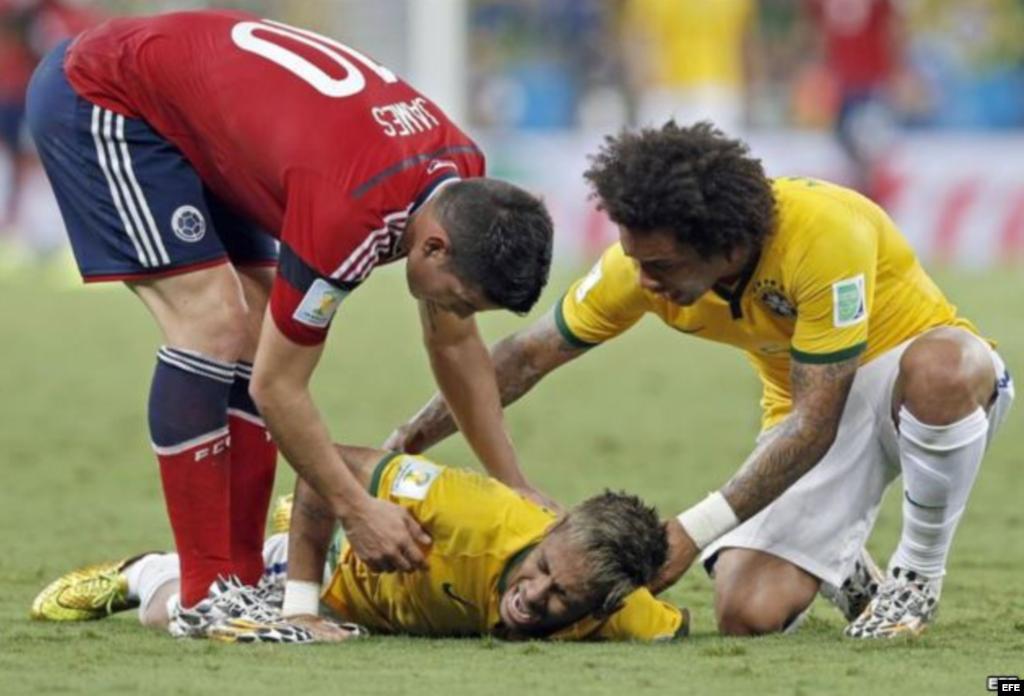 """La fractura de Neymar... Camilo Zúñiga saltó detrás de Neymar para disputar un balón dividido. Claro, entre el colombiano y la pelota estaba la espalda del delgado ariete del """"scratch"""", que recibió un fuerte rodillazo que la fracturó la tercera vértebra."""