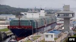 Momentos de la entrada inaugural del buque Cosco Shipping Panamá por la esclusa de Agua Clara en el Canal de Panamá Ampliado hoy, domingo 26 de junio de 2016, en Ciudad de Panamá (Panamá).