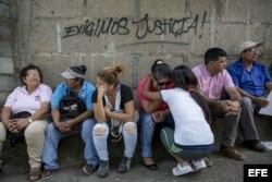 Familiares de jóvenes arrestados en las manifestaciones demandan justicia.