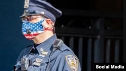 Policía usa tapaboca con la bandera de Estados Unidos