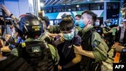 Policía antidisturbio detiene a manifestante en Hong Kong el 19 de julio del 2020. (Isaac Lawrence / AFP).