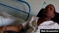 Tomás Núñez Magdariaga, esposado a la cama en la sala de penados del hospital santiaguero donde se encuentra recluido. (UNPACU)