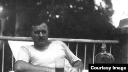 Hemingway en la terraza de la Finca Vigía, c. 1940.