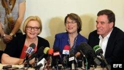Los senadores demócratas estadounidenses, Claire McCaskill, de Missouri; Amy Klobushar, de Minnesota; y Mark Warner, de Virginia; durante una rueda de prensa en La Habana (i-d).