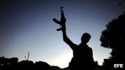 Rebeldes sirios hacen signos de victoria. Foto de archivo
