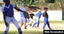 Los niños practican béisbol con los uniformes que les compraron sus padres.