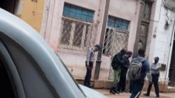 La policía vigila la vivienda del periodista Esteban Rodríguez, uno de los jóvenes que protestó en San Isidro. (Facebook)