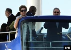Raúl Castro y la presidenta de Brasil, Dilma Rousseff montan un autobús panorámico el 27 de enero de 2014, durante la inauguración de la primera etapa del puerto del Mariel.