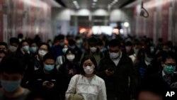 Pasajeros en una estación del metro de Hong Kong, el viernes 7 de febrero del 2020.