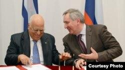 Firmando acuerdos entre Cuba y Rusia, Ricardo Cabrisas y Dimitri Rogozin.