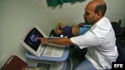 """Un médico cubano atiende a una paciente en el Centro Integral de Diagnóstico del programa sanitario """"Barrio Adentro""""."""