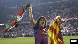 El jugador del FC Barcelona Carles Puyol celebra su victoria en la final de la Copa del Rey al imponerse al Athletic Club.