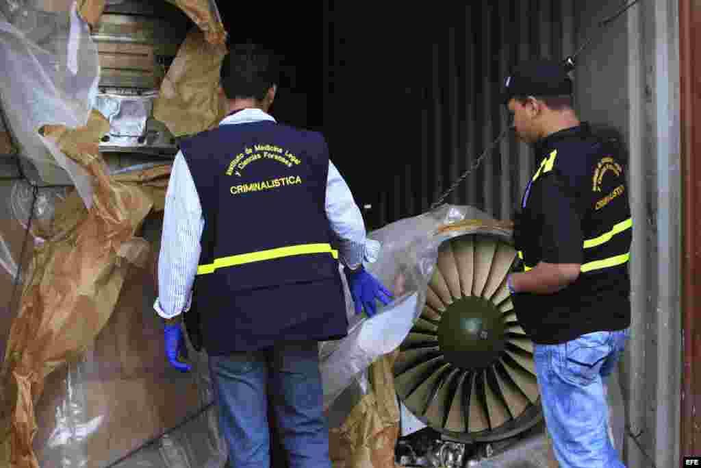 """Autoridades panameñas presentan un grupo de contenedores con piezas de aviones hoy, martes 30 de julio de 2013, en el puerto de Manzanillo, en la caribeña ciudad de Colón, procedentes del barco de bandera norcoreana """"Chong Chon Gang"""", donde se hallaron eq"""