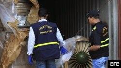 Autoridades panameñas presentan un grupo de contenedores con piezas de aviones.