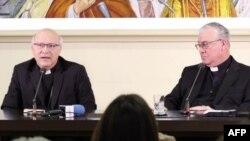 Los obispos chilenos Luis Fernando Ramos Perez (izq.) y Juan Ignacio González ofrecen una conferencia de prensa en el Vaticano el 14 de mayo de 2018.