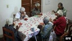 Ancianos desayunan en un hogar gestionado por Cáritas Cubana.