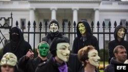 """JLS02 WASHINGTON (ESTADOS UNIDOS) 05/11/2013.- Varios miembros y simpatizantes del grupo """"hacker"""" (pirata informático) Anonymous protestan contra la """"corrupción gubernamental"""" durante un acto que llaman """"Marcha de millones de máscaras"""", a las puertas de l"""