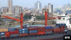 ARCHIVO. Un barco cargado de contenedores entra en la bahía de La Habana.