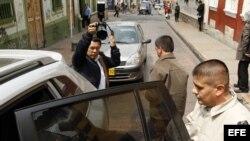 El guerrillero indultado Carlos Antonio Ochoa (d) sale de una rueda de prensa acompañado por la también indultada Sandra Patricia Isaza (d) hoy, jueves 21 de enero de 2016, en Bogotá (Colombia), luego de ser indultados por el presidente Juan Manuel Santos