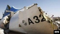Pieza del fuselaje del avión siniestrado en el Sinaí (Egipto).