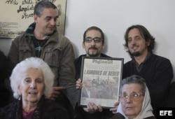 La presidenta de las Abuelas de Plaza de Mayo Estela de Carloto (izq) participa el viernes 17 de mayo de 2013 en una rueda de prensa con motivo de la muerte del ex dictador argentino Jorge Rafael Videla en Buenos Aires (Foto: Archivo).