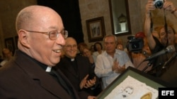 Monseñor Carlos Manuel de Céspedes, vicario general de La Habana, sostiene un cuadro con la imagen del prócer cubano José Martí, durante la ceremonia en la cual el religioso fue distinguido con el Premio de la Latinidad. Foto de archivo
