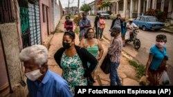 Cubanos hacen cola en un mercado en La Habana. (AP/Ramón Espinosa)