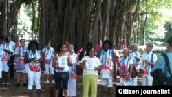 Damas de Blanco junto a afamilaires de encarcelados y activstas en el Parque Gandhi. Foto Angel Moya.