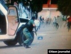 Un Guardfia Nacional se baja escopeta en mano a disparar contra los manifestantes en Barquisimeto.