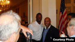 Ken Griffey Jr., (i) y Barry Larkin Larkin (d), en La Habana, Cuba.