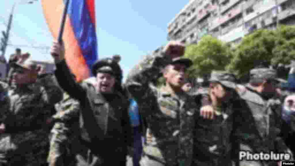 Militares se unen a manifestantes en Armenia.