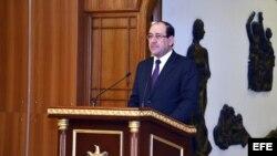 Fotografía facilitada por la oficina del primer ministro iraquí que muestra al primer ministro de Irak, Nuri al Maliki, compareciendo ante la prensa en su oficina en Bagdad, Irak