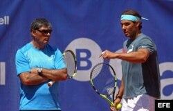 El tenista español Rafael Nadal (d) conversa con su tío y entrenador, Toni Nadal.