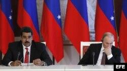 El presidente ruso, Vladimir Putin (d), escucha a su homólogo venezolano, Nicolás Maduro, durante una ceremonia de firma de acuerdos en el Krémlin en Moscú, Rusia.