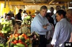 El secretario de Agricultura de Estados Unidos, Thomas Vilsack, conversa con comerciantes durante una visita a un mercado agropecuario el 13 de noviembre de 2015.