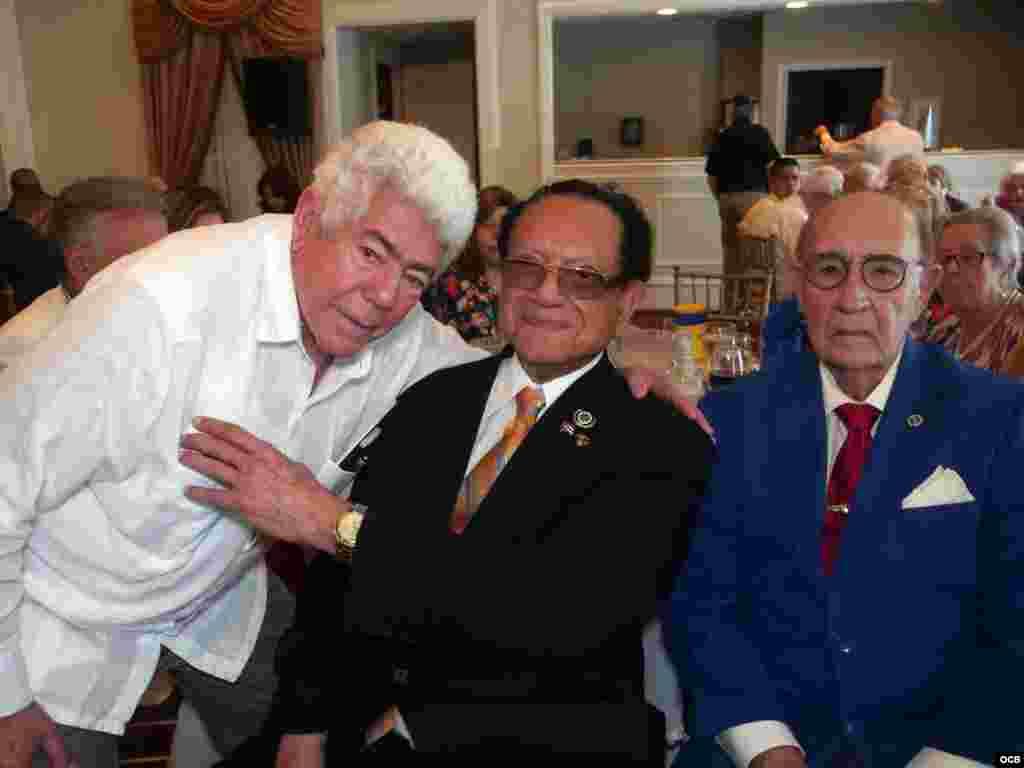 De izq. a der. el ex preso político cubano Angel de Fana, Luis Conte Agüero y el Comisionado de la Ciudad de West Miami Luciano L. Suárez.