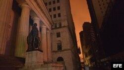 """Vista de la estatua de George Washington en Wall Street después de que el huracán """"Sandy"""" dejase a parte de Manhattan sin electricidad."""