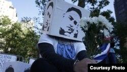 Activistas cubanos presentan fotos de presos políticos en la isla